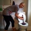 Cine desfunda un WC ?
