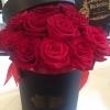 Cutie neagra cu trandafiri rosii